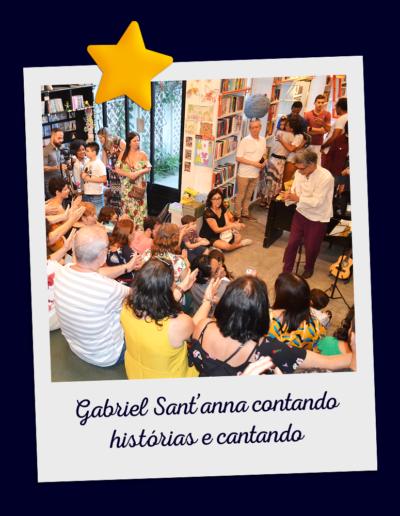Gabriel Sant'anna contando histórias e cantando