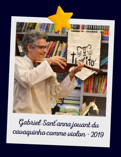 Gabriel Sant'anna jouant du cavaquinho comme violon - 2019